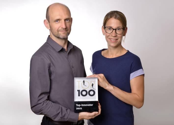 Titelverteidigung des TOP 100-Siegels: Die Proxia Software AG wurde auch 2021 wieder als Innovationsführer ausgezeichnet. Vorstand Julia Klingspor (r.) und Vertriebsleiter Eduard Weissmüller (l.) freuen sich über die Auszeichnung in der Kategorie 'Open Innovation'.