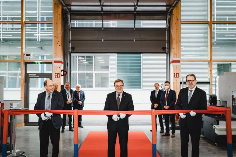 Eröffnen das neue Ausbildungszentrum der Plansee Group in Reutte: Tirols Landeshauptmann Günther Platter (Mitte) sowie Plansee Group Vorstand Dr. Wolfgang Köck (links) und Vorstandssprecher Karlheinz Wex.