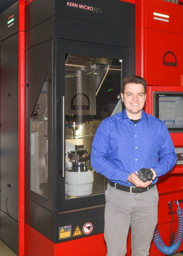 """Marvin Gröb, Projektleiter bei Kern, weiß um die Leistungsfähigkeit des neuen Keramik-Schnittmodus: """"In Kombination mit höchstpräzisen Kern-Bearbeitungszentren und Spezialwerkzeugen von 6C Tools lassen sich Materialabtragraten vervielfachen und Kantenbrüchigkeit zuverlässig vermeiden."""""""