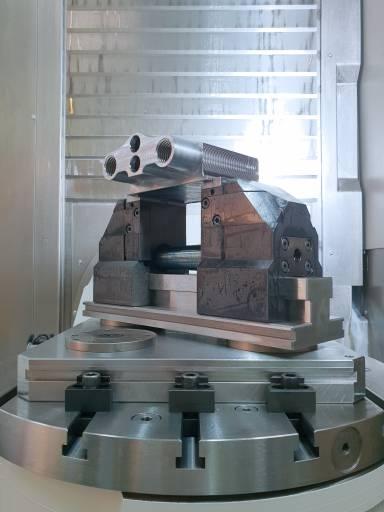 Das Nullpunktspannsystem, welches auf den Maschinentisch geschraubt wird, dient als Basis, um schnelles Wechseln zu ermöglichen. Dieses ist pneumatisch und hydraulisch erhältlich und wird für manuelle und automatisierte Lösungen eingesetzt.