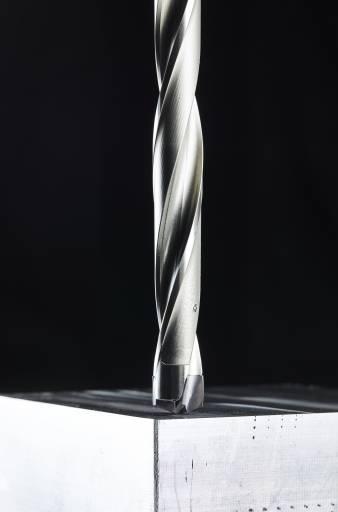Der modulare TDMX-Bohrer verfügt über ein Doppelprisma-Befestigungssystem am konischen Schneidkörpersitz sowie einen Zylinderschaft mit Flansch. Dadurch sind hohe Flexibilität und Stabilität gegeben.