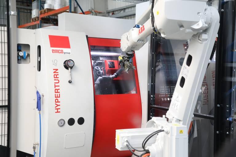 Ein dynamisches Duo: Bei der Praher Plastics Austria GmbH sorgt ein ABB-Roboter für hohe Spindellaufzeiten der Hyperturn 45 von Emco.