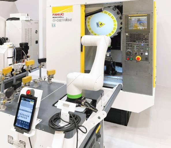 Kollaborativer Roboter CRX beim Beladen einer Robodrill.