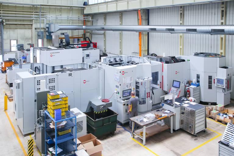Das neue Robotersystem RS 1 mit drei Regalspeichermodulen bei der Lugauer GmbH – adaptiert an zwei Hermle 5-Achs-Bearbeitungszentren C 22 U.