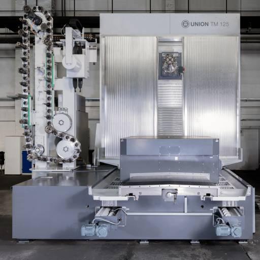 Das Union Kompaktbohrwerk TM 125 (hier ohne Einhausung) ist mit einem schwingungsdämpfenden Monolith-Maschinenbett zur fundamentfreien Aufstellung ausgestattet.